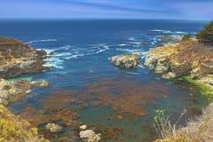 Pendii di montagne della linea costiera pacifica nell'ora legale Immagine presa di fianco della strada principale numero 1 Fotografie Stock