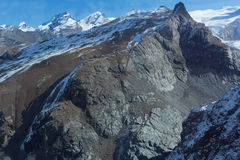 Pendii rocciosi delle alpi svizzere vicino a Zermatt, Svizzera Fotografia Stock Libera da Diritti
