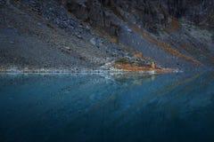 Pendio che riflette simmetricamente in specchio come superficie del lago mountain, natura Autumn Landscape dell'altopiano delle m Fotografia Stock