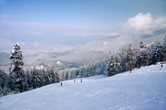 Pendio del pattino e panorama delle montagne di inverno Fotografia Stock Libera da Diritti