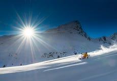 Pendio della neve di corsa con gli sci del telemark della ragazza in montagne nelle alpi Immagini Stock Libere da Diritti