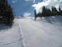 Pendio dello sci della montagna visto da sotto Immagine Stock Libera da Diritti