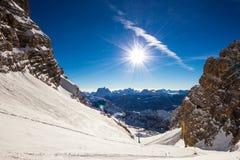Pendio dello sci di Ripid in mezzo alla montagna Fotografia Stock