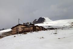 Pendio dello sci e dell'hotel nel giorno grigio Immagini Stock