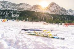Pendio dello sci e sole di inverno Fotografia Stock