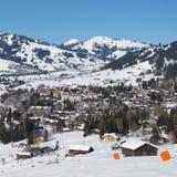Pendio dello sci e vista di Gstaad nell'inverno Fotografie Stock