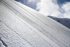Pendio dello sci nella neve della polvere, paesaggio della montagna Immagini Stock