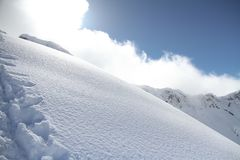 Pendio dello sci nella neve della polvere, paesaggio della montagna Fotografie Stock