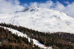 Pendio dello sci nelle alpi italiane Immagine Stock