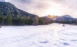 Pendio dello sci nelle montagne delle alpi Immagini Stock