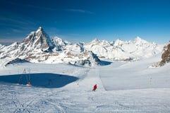Pendio dello sci sul ghiacciaio del Cervino Fotografie Stock Libere da Diritti