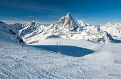 Pendio dello sci sul ghiacciaio del Cervino Immagine Stock