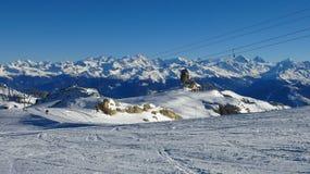 Pendio dello sci sul ghiacciaio di Diablerets e sul Ra innevato della montagna Fotografia Stock Libera da Diritti