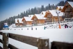 Pendio dello sci sulla località di soggiorno alle alpi austriache Fotografia Stock
