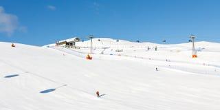 Pendio dello sci un bello giorno di inverno Fotografia Stock Libera da Diritti