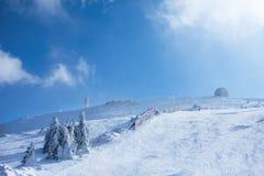 Pendio dello sci un giorno soleggiato Immagini Stock