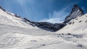 Pendio dello sci vicino alla montagna del Cervino Fotografia Stock