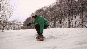 Pendio dello scorrevole di inizio dello Snowboarder archivi video