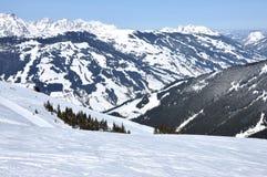 Pendio di alta montagna con neve fresca nelle alpi Immagini Stock