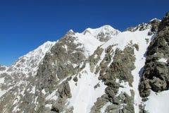 Pendio di alta montagna innevato pericoloso Fotografie Stock Libere da Diritti