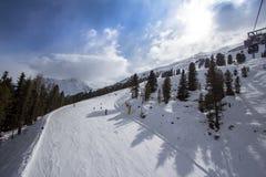 Pendio di Beatifull nelle alpi Fotografia Stock
