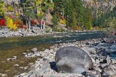 Pendio di collina di autunno dal fiume Immagini Stock Libere da Diritti