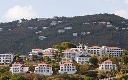 Pendio di collina tropicale coperto di case di vacanza Fotografia Stock Libera da Diritti