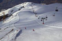 Pendio di corsa con gli sci ad un hight da 3000 m. immagini stock