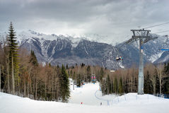 Pendio di corsa con gli sci della montagna Immagine Stock
