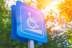 Pendio di inabilità o segno della rampa della sedia a rotelle fotografie stock libere da diritti