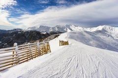 Pendio di montagna con neve fresca Fotografia Stock Libera da Diritti