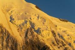Pendio di montagna della neve in alpi al tramonto Fotografia Stock Libera da Diritti