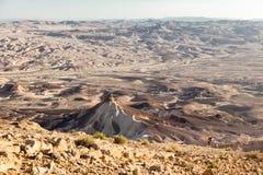Pendio di montagna di pietra ascendente turistico del deserto dell'alpinista di viaggiatore con zaino e sacco a pelo Fotografie Stock