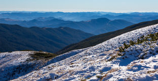 Pendio di montagna isolato dalla neve e stagione invernale distante nebbiosa delle creste Fotografia Stock