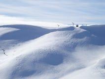 Pendio di montagna di Snowy con l'ascensore di sci immagine stock libera da diritti