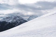 Pendio di montagna di Snowy Paesaggio di inverno nelle alpi Alte montagne nei precedenti Fotografia Stock Libera da Diritti