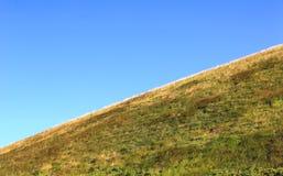 Pendio di montagna sotto cielo blu Immagine Stock Libera da Diritti