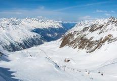 Pendio e cabina di funivia dello sci sulla stazione sciistica in Austria, alpi Immagini Stock Libere da Diritti
