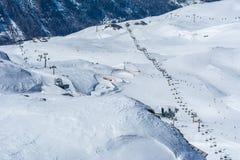 Pendio e cabina di funivia dello sci sulla stazione sciistica in Austria, alpi Fotografia Stock Libera da Diritti