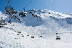 Pendio e cabina di funivia dello sci sulla stazione sciistica in Austria, alpi vittoria Fotografie Stock