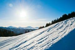 Pendio freddo dello sci della neve sulla montagna delle alpi, Francia Immagini Stock Libere da Diritti