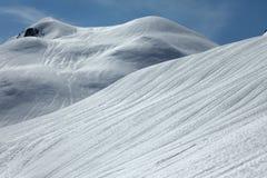 Pendio nevoso vuoto con cielo blu Fotografie Stock