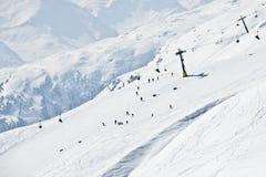 Pendio occupato e seggiovia dello sci veduti dalla cima Fotografia Stock
