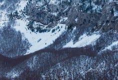 Pendio ripido della montagna nell'inverno. Struttura Fotografia Stock