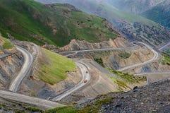 Pendio ripido della strada principale della strada principale M41 di Pamir Immagini Stock