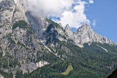 Pendio roccioso di una montagna coperta parzialmente da foschia nella gamma di Tennen nelle alpi austriache vicino alla città di  Fotografia Stock