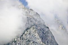 Pendio roccioso di una montagna coperta parzialmente da foschia nella gamma di Tennen nelle alpi austriache vicino alla città di  Fotografia Stock Libera da Diritti