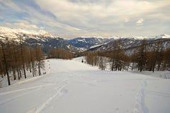 Pendio schietto di giro dello sci in valle scenica Fotografia Stock