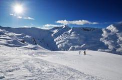 Pendio sulla località di soggiorno di corsa con gli sci in alpi Fotografia Stock