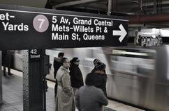 Pendlare för transport NYC för Grand Central gångtunnelstation som underjordiska väntar på det ankommande drevet royaltyfri foto